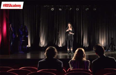 Prova di improvvisazione in teatro per Giulia