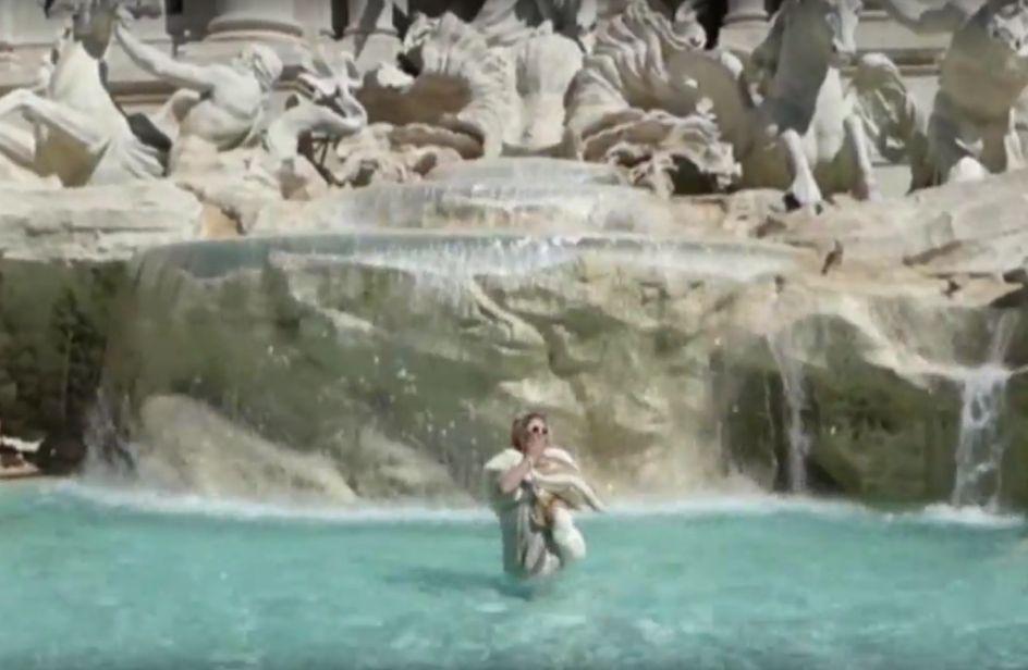 Bagno Nella Fontana Di Trevi.Ecco Chi E La Donna Che Ha Fatto Un Bagno Nella Fontana Di