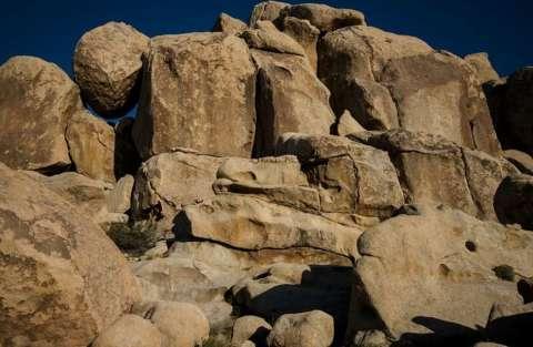 bambina tra rocce