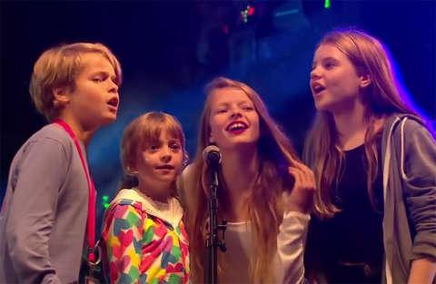 Chris Martin accompagna i figli in un'esibizione emozionante