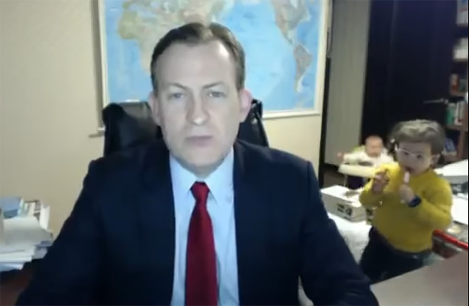 Bimba interrompe intervista del padre alla BBC e diventa un caso