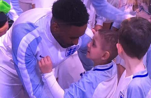 5 anni malato terminale scende in campo a Wembley e abbraccia il suo eroe