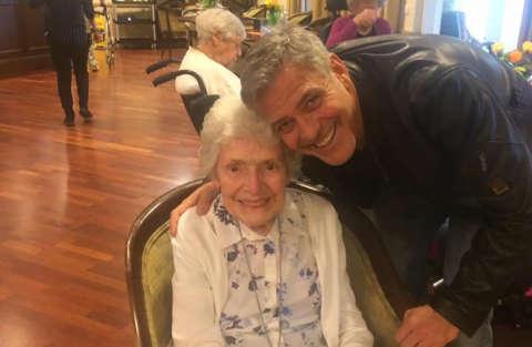 George Clooney fa visita ad una fan per l'87esimo compleanno