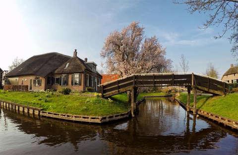 Vivere senza auto e senza strade si può: tutti a Giethoorn!