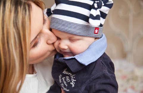 Al colloquio con il figlio di 3 mesi in braccio e viene assunta
