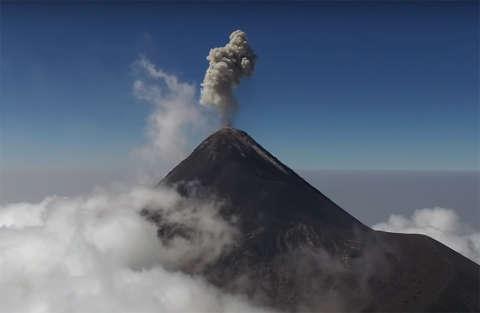 Un drone riprende la violenta eruzione del Volcan de Fuego
