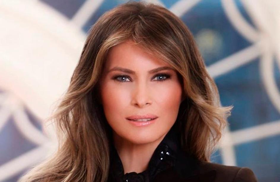 Melania Trump in nero nel ritratto ufficiale