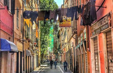 10 mila euro di multa per aver fatto pipì in un vicolo di Genova