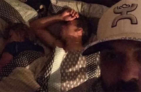 Nel suo letto con sua moglie trova un uomo. Scatta un selfie e il web lo sostiene