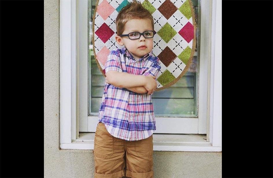 Bimbo di 2 anni spegne la candelina con la palla e una mira perfetta