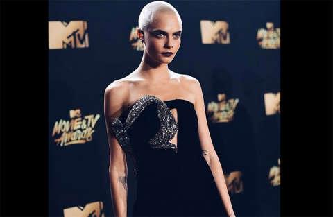 Cara Delevingne stupisce con un look choc agli Mtv Movie e Tv Awards