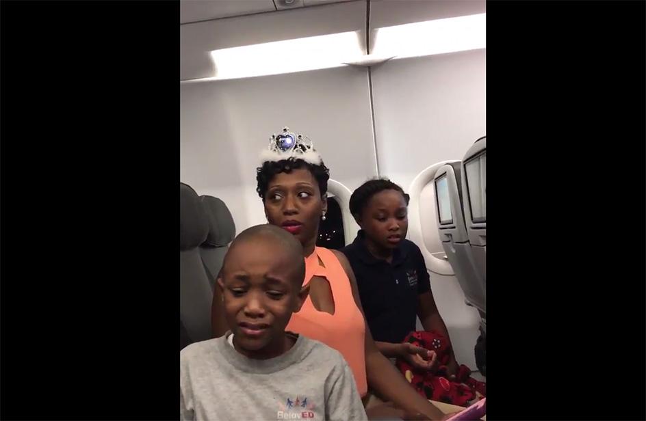 Bimbo in lacrime, la sua famiglia cacciata dall'aereo per una torta