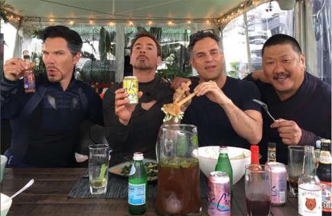 Robert Downey Jr. a tavola con gli Avengers