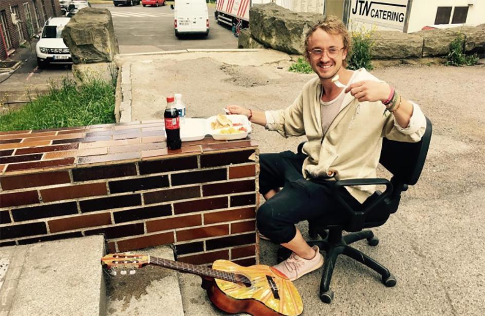 Draco Malfoy si esibisce con la chitarra per le strade di praga