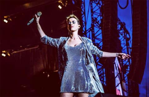Katy Perry si lascia andare e piange durante la diretta live
