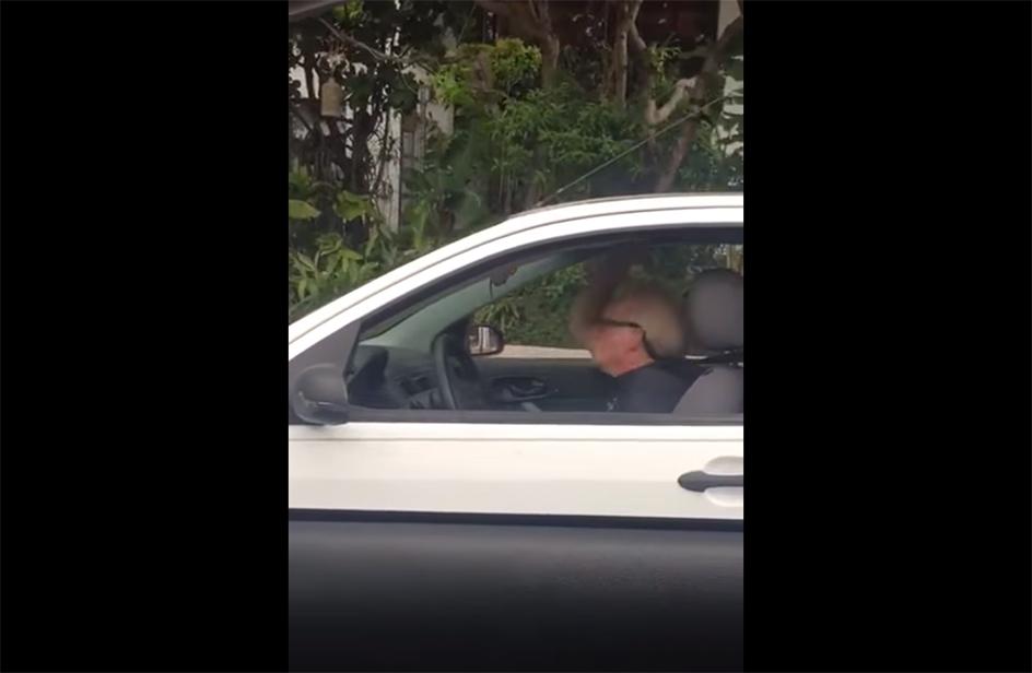 Nonno contagiato dai Metallica si lancia in un headbanging in auto
