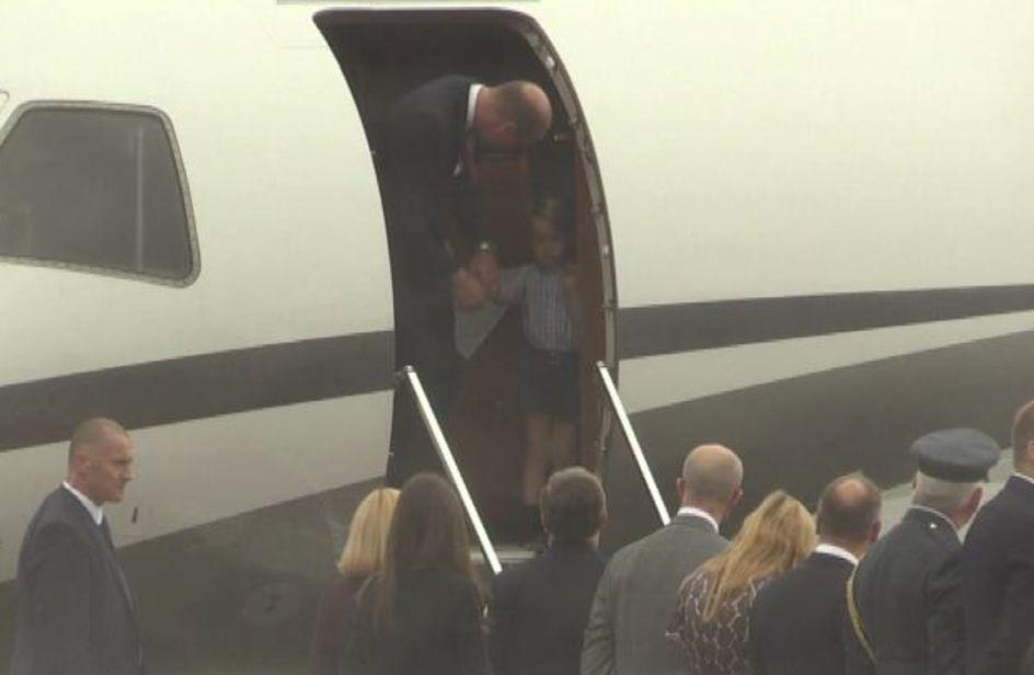 Baby George non vuole scendere dall'aereo, il papà lo incoraggia