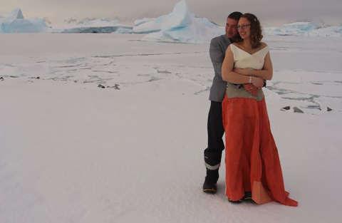 Matrimonio tra i ghiacci con tanto di abito da sposa tecnico