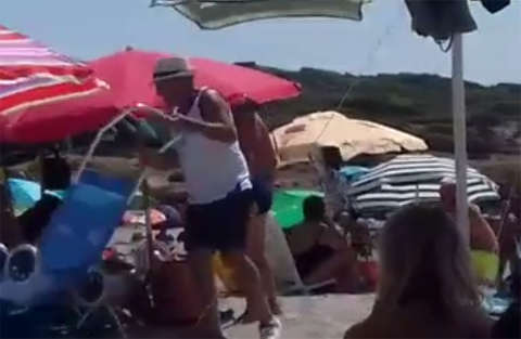 Residente contro turista irrispettosa che getta olio in mare
